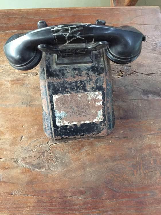 老式电话机,需要拨通主机房,接线员然后转到你需要的地方