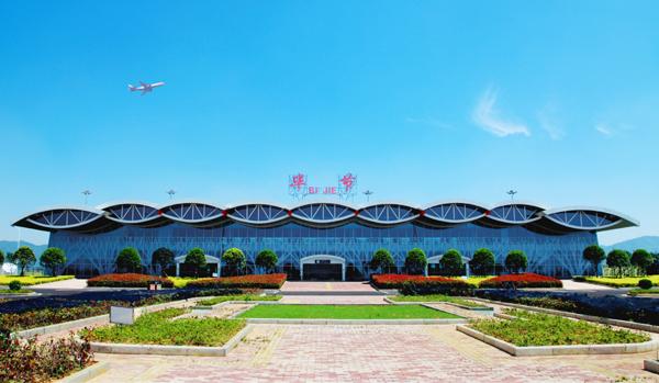 贵州毕节机场首条航线通航 将进一步带动地方经济发展