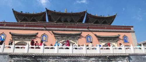 藏传佛教圣地塔尔寺迎来大量游客和朝拜者