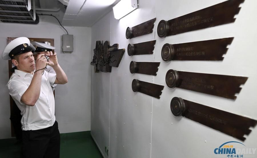中俄参观烧鸭相互参演郑州舰、瓦良格号巡洋舰店官兵视频图片