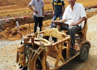 广西 阿勒泰/广西老人手工打造樟木三轮车接送孙子上学