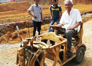 柳州 广西/广西柳州一老人手工打造樟木三轮车接送孙子