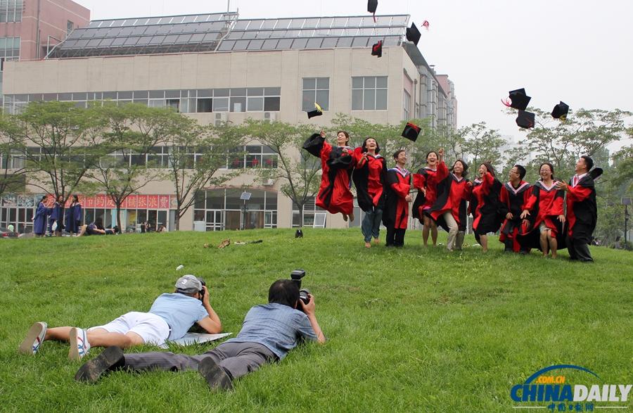 北京:对外经贸大学毕业生留影 中国日报网