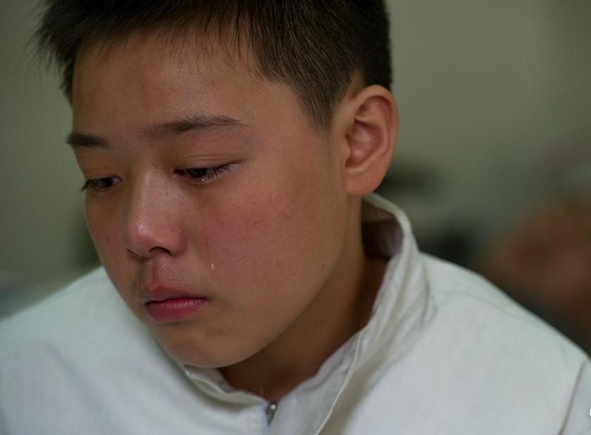 国大海,今年13岁。原本在沈阳市第九十三中学上初一,现在家休学照顾父亲。2010年末,大海9岁时,母亲因脑出血去世,父亲国新又患有糖尿病和并发症,左脚溃烂发黑。遭受病魔和丧妻的双重打击,国新的病情越来越严重。母亲离世,父亲病重,家里的担子一下子全落在这个年幼的孩子身上。住院期间,身边离不开人,大海只能向学校请假照顾老爸。华商晨报张诗尧图