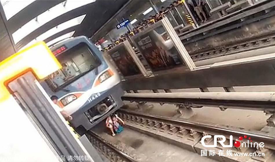 女子将手伸出窗外致折断_北京一孕妇跌落地铁站台 列车两米外紧急停车[3]- 中国日报网