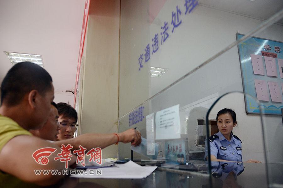 26岁的小姜在窗口处理交通违法记录