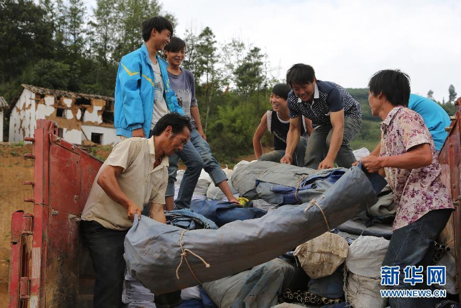 云南鲁甸:救灾物资有序发放