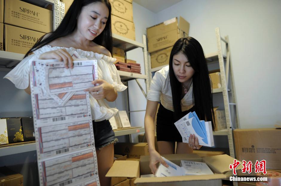 重庆长腿姐妹花创电商工作室 美女豪车送货组