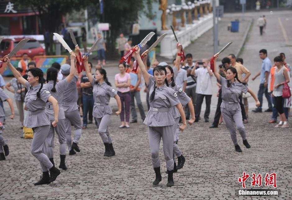重庆大叔大妈自编舞蹈纪念日本投降