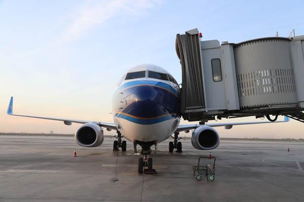 9月30日20:05,随着CZ6039航班从乌鲁木齐机场平稳起飞,南航正式开通兰州-乌鲁木齐-第比利斯国际航线。这是南航继29日兰州-乌鲁木齐-迪拜首航后,两天之内在甘肃、新疆密集开通的又一条国际航线。 据了解,兰州-乌鲁木齐-迪拜航线是目前中国唯一直飞格鲁吉亚的航线。此次南航与甘肃省合作,开通两条兰州始发、经停乌鲁木齐的国际航线后,使南航国际航线通航点在乌鲁木齐增至17个、在兰州增至2个。新航线将丝绸之路经济带沿线的新疆、甘肃两个重要省区与阿联酋、格鲁吉亚两国紧密的联接在一起,大大缩短了中国西北地区前往