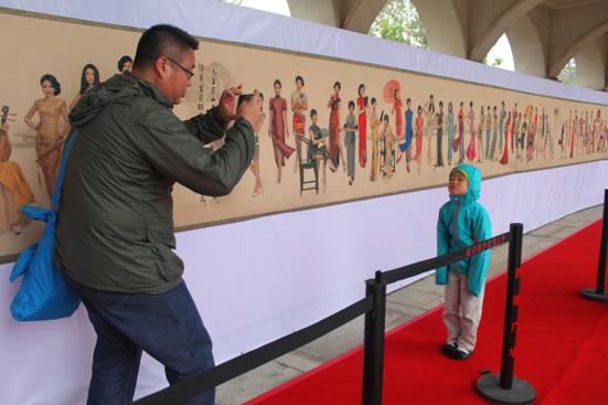 百米旗袍长卷亮相国庆 千位女性风姿点亮津城