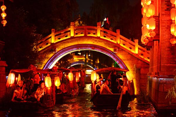 今十一黄金周期间,位于山东省枣庄市的台儿庄古城共接待游客36万人次,综合收入近2000万元,创历史新高,增幅高达35.52%。 今年国庆黄金周期间,台儿庄古城举行了首届舞龙大会,来自重庆、浙江、山西、河南等地的民间舞龙高手,组成9条巨龙上演了精彩的表演。同时,飞越枣庄动力伞百公里越野挑战赛也在台儿庄古城火爆开赛。炫彩动力伞飞跃古色古香的台儿庄古城,如大雁北飞,并喷洒七彩礼花,让来到台儿庄古城的游客大饱眼福。 据介绍,今年黄金周期间自驾游散客依然是出游的主力,与旅行社团队不同,自驾游散客对时间的安排更