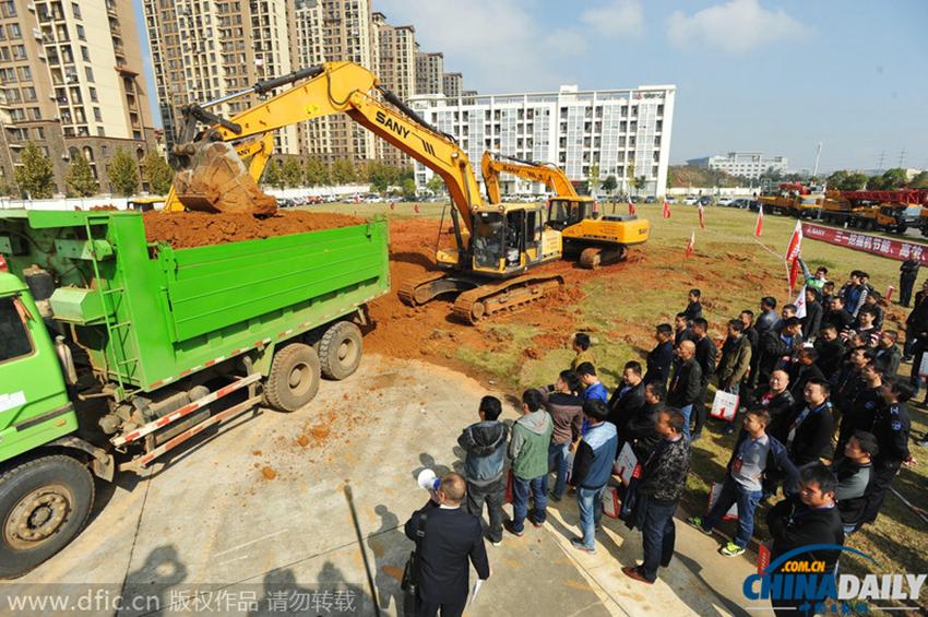 武汉城管在江夏三一重工培训学校对江南的100名挖掘机手进行培训
