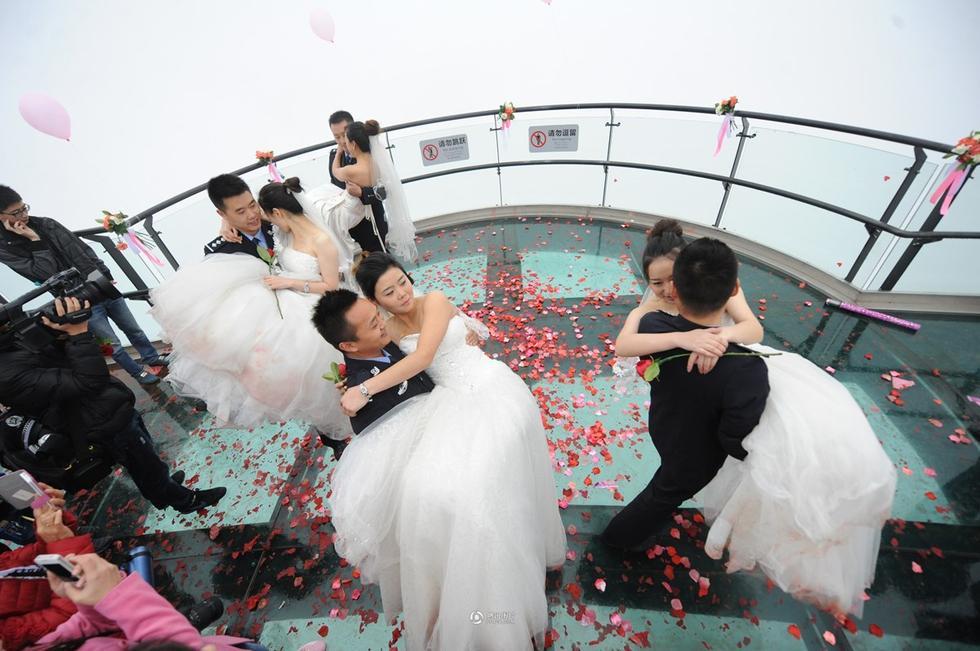 四川:多名美女集体向刑警男友求婚 中国日