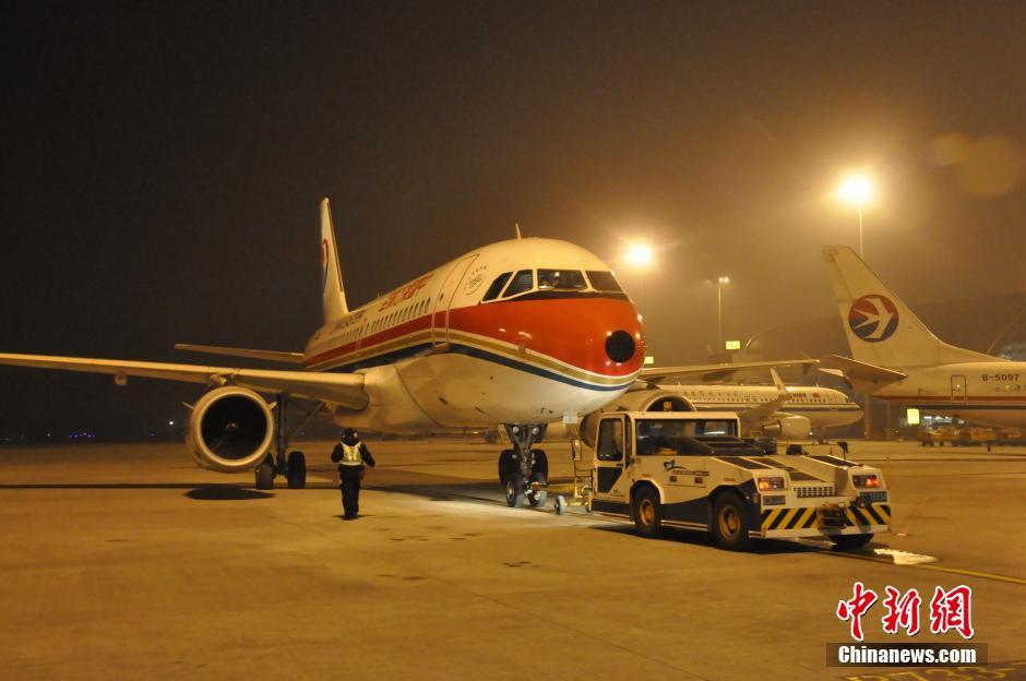 11月23日早上6点,首架民航救援客机mu9001航班承载救援物资从成都双流