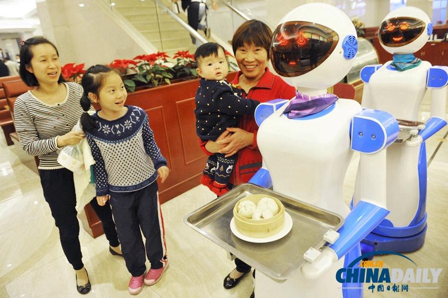 宁波慈溪一餐厅现机器人送餐服务