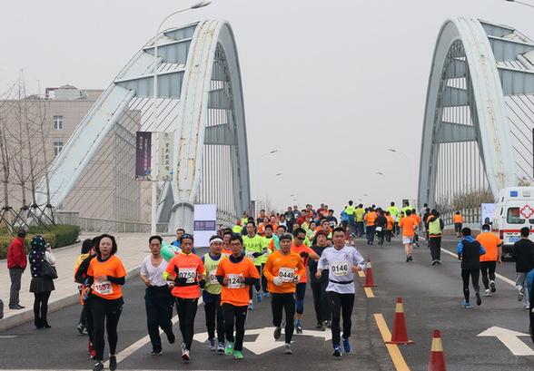 半程马拉松赛青岛高新区开跑 国内外2000余名选手参赛