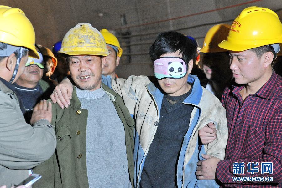 福建龙岩在建隧道塌方事故21名被困人员被成功救出(图片来源:新华网)
