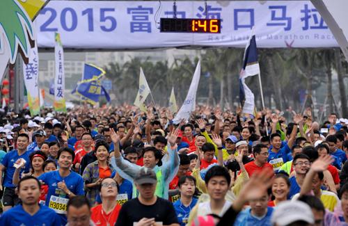 2015海口富力马拉松赛吸引了7000多人参加 黄一冰摄-海口马拉松落幕
