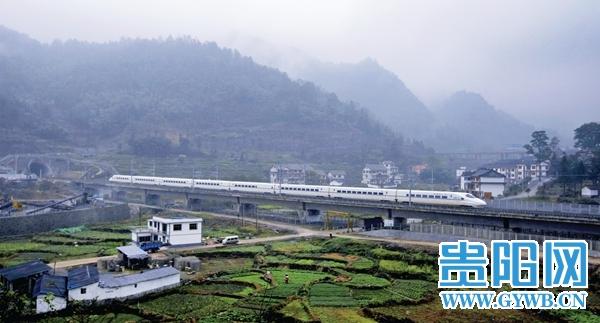 动车穿梭在云雾缭绕的都匀段,远远望去可见夏蓉高速与贵广高铁齐平 本