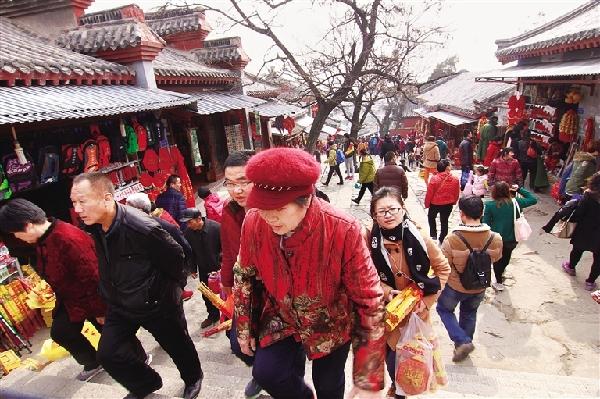 春节期间,泰山景区迎来众多游客.(安静 摄影)