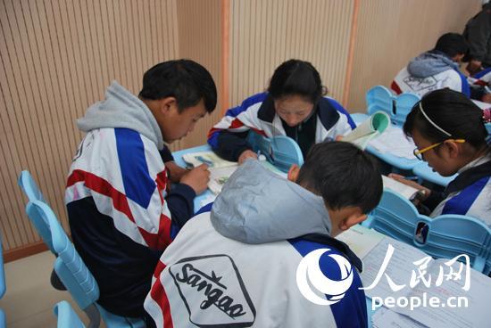 在生物课上,四位藏族老师初中讨论小组布置的学生.(记者谢磊v老师)澜关良题目回葛图片