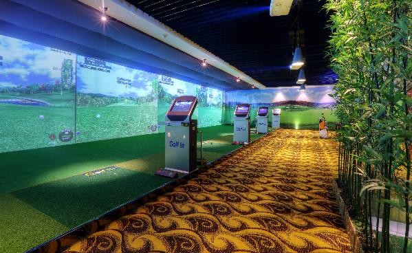 沈阳海韵锦江国际酒店三层的艺高都市室内高尔夫球馆盛大启幕。在这里,宾客不仅可以选择在宽敞的大厅中与伙伴共同体验惬意比拼,更配有高尔夫培训教练,可为初学者提供细致专业的培训指导。 时下,越来越多的人喜爱高尔夫这项尊贵优雅的运动,高尔夫运动有助于锻炼身体的协调性、柔韧度等,还可以提高心肺功能,更有助于培养健康的情绪,养成健康的处事方法和态度。是一项既能强身健体,瘦身减肥又能排压解虑的运动。(记者 张彤彤)