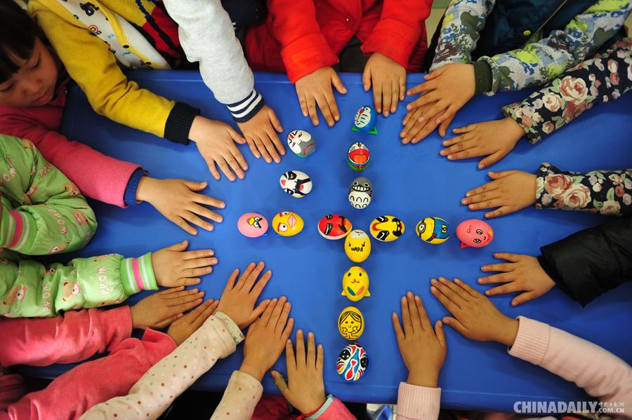 """幼儿园和美术学院共同举办了""""彩绘鸡蛋迎清明""""活动,让孩子们绘彩蛋图片"""