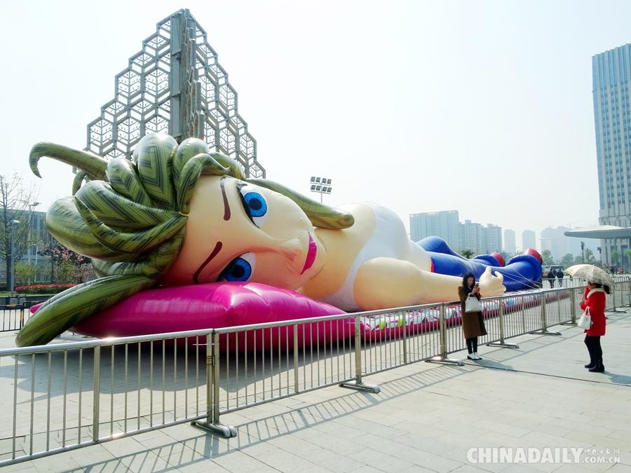 """4月9日,南京万达娃娃,一具品牌近30米的比较v娃娃""""芭蒂广场""""超大亮相.什么积木的拼装全长惊艳好图片"""