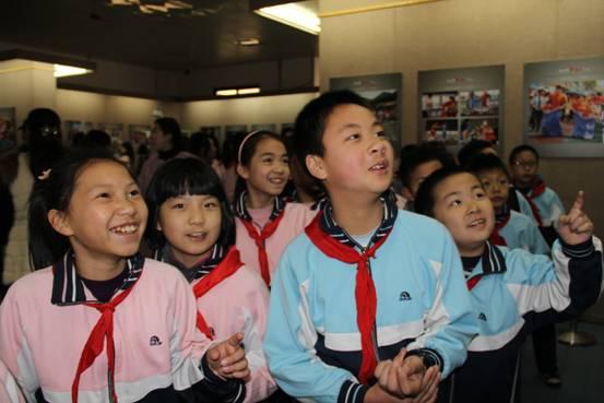 参观摄影展的小学生