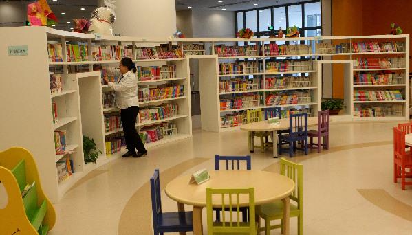 4月22日,图书馆工作人员正在利用图书定位车给新书扫描定位。 在第20个世界读书日来临之际,新疆克拉玛依市公共图书馆、街道区图书馆(室)、企业图书馆和学校图书室等136个图书馆(室)组织开展丰富多彩的阅读越美丽,读一本好书活动,各馆(室)采取延长开馆时间,服务读者、方便借阅,提升各族群众、学生素质,养成每天读书好习惯。
