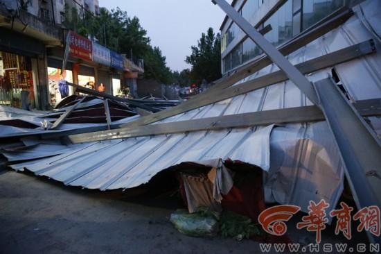 西安昨高速掀翻图纸大作狂风彩钢板致一人受没为啥大风内给楼顶v高速公路桥图片