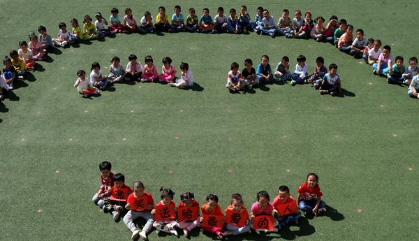 5月8日,中兴幼儿园小朋友摆拼笑脸图案迎接世界微笑日。 当日,新疆克拉玛依市白碱滩区中兴幼儿园举行微笑送给最爱的人主题活动,通过微笑在小朋友之间、老师之间、爸爸妈妈之间、长辈之间的传递,让微笑成为习惯,让微笑成为大家的见面礼,用微笑迎接世界微笑日的到来。 1948年,世界精神卫生组织把每年的5月8日定为世界微笑日。让大家在这一天,放缓脚步,静观周围美好的事物,谛听大自然的天籁,让绷紧的脸庞舒缓,皱紧的眉宇打开,让微笑在脸上绽放。 通讯员 周建玲 李晓雪 摄