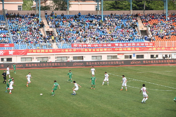 青岛中小学生花一元看高水平职业联赛 校园足球如火如