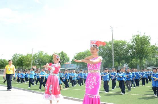 图为2015年5月18日,塔城市第五小学国旗班正准备升旗。  图为2015年5月18日,塔城市第五小学的少数民族同学领着一年级小同学跳民族集体舞。  图为2015年5月18日,正在跳民族集体舞的塔城市第五小学学生。 新疆塔城市位于祖国的西北边陲,全市人口总数17万,有汉、哈、回、维吾尔、达斡尔、俄罗斯等25个民族组成,少数民族站到36%,被称为新疆民俗文化的博物馆。市政府坚持没有和民族团结无关的事,没有和民族团结无关的人的思想,牢固民族团结是最大的群众工作的理念,积极开展民族团结活动。 为掀起民族