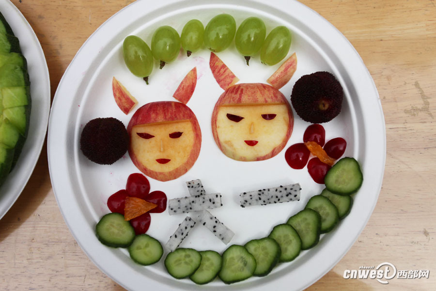 一起用水果拼出童真