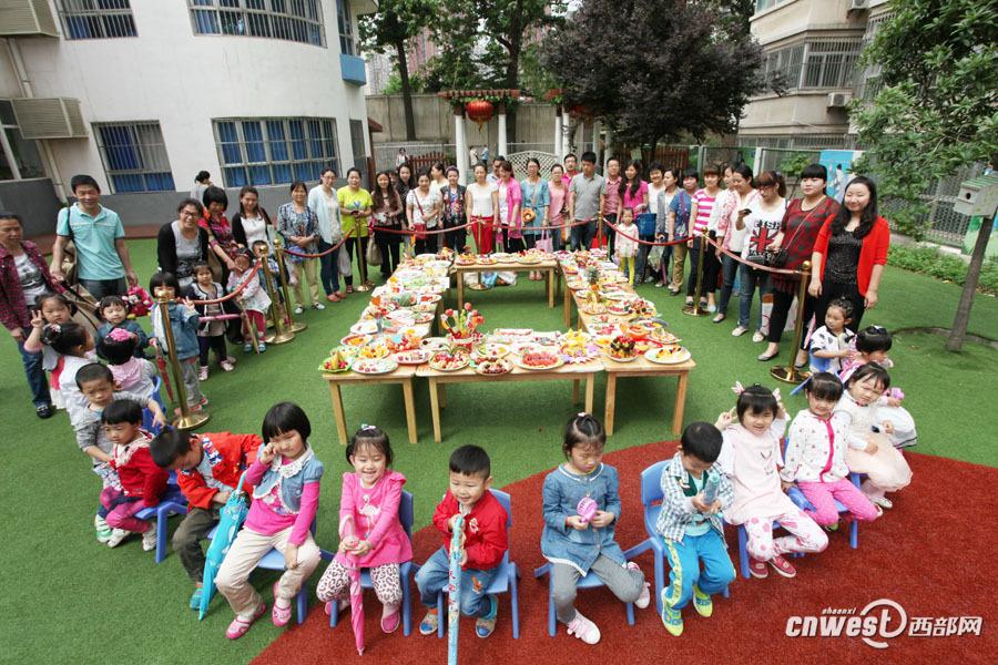 幼儿园里家长和孩子一起用水果拼出童真