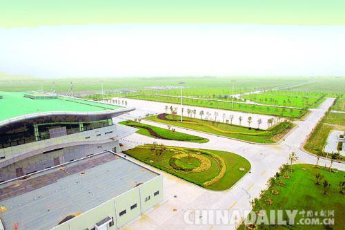 执行校飞任务的飞机平稳地降落在北戴河机场的跑道上