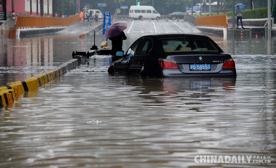 上海暴雨牌照_上海遭遇暴雨袭击 部分街道严重积水