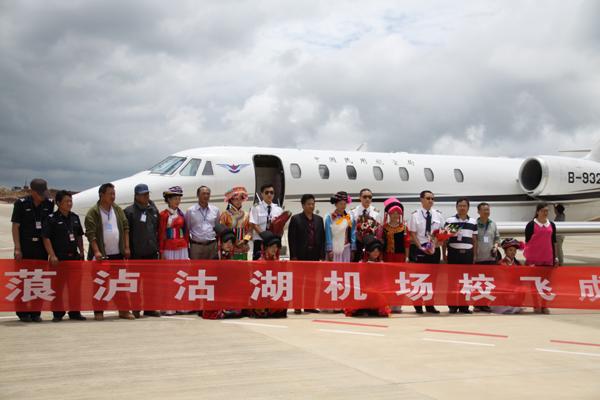 记者7月3日从云南机场集团获知,宁蒗泸沽湖机场于7月2日圆满完成历时七天的校飞工作,校验参数均符合民航相关标准和规范。 6月26日12时35分,从丽江三义机场起飞的中国民航飞行校验中心一架奖状型飞机平稳降落在宁蒗泸沽湖机场的跑道上,标志着泸沽湖机场首次校验飞行正式开始。 校验期间,飞机组对机场全向信标、测距系统、甚高频通讯系统、ADS-B系统、仪表着陆系统及飞行程序进行全面的校验。经过7天的紧张工作,共33小时的校飞,泸沽湖机场顺利完成全部规定科目的校验。为下一步顺利开展试飞、行业验收等工作奠定了坚实的基