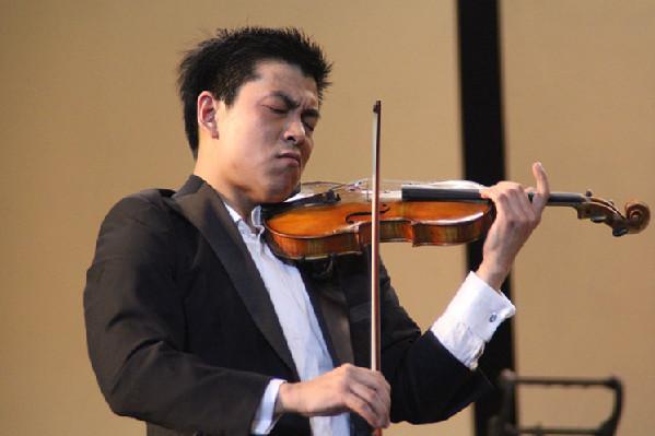 小提琴独奏《查尔达什舞曲》.(时文枝 摄)-上海歌剧院交响乐团音