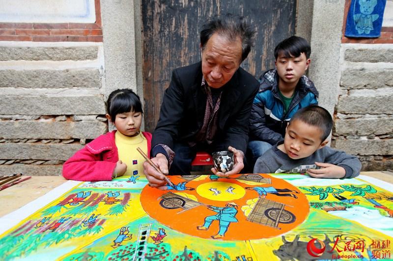 翔安农民画家梁金城教小学生画画,薪火相传.   摄-闽南文化翔安 大