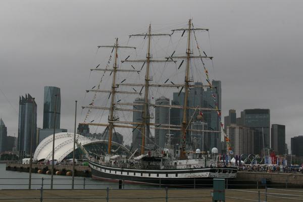 帆船运动员亮相第七届青岛国际帆船周海洋节开幕式现场。  俄罗斯船员带领中国小船员参观帕拉达号大帆船。  俄罗斯帕拉达号大帆船。 2015第七届青岛国际帆船周青岛国际海洋节8月8日拉开大幕。据悉,共有12个国家和地区72支队伍参加各项赛事,参赛运动员总数超过1000名,无论从赛事规模和参赛人数上,都是历届之最。 据了解,今年帆船周海洋节继续举办2015市长杯海领国际帆船拉力赛、2015海领杯青岛国际帆船赛、2015旭航投资杯青岛国际OP帆船营暨帆船赛三大自主品牌赛事,在赛事品质和办