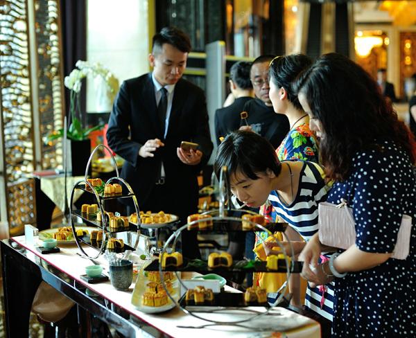 武汉万达瑞华酒店举办2015中秋月饼拍卖会