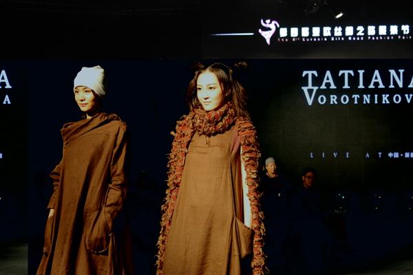 本届丝绸之路服装秀吸引了来自格鲁吉亚、俄罗斯、哈萨克斯坦、乌兹别克斯坦、阿塞拜疆的8位设计师及国内设计师同台亮相。茹克雅 摄影  来自吉尔吉斯坦的设计师塔蒂亚娜沃洛特尼科娃的服装秀演。茹克雅摄影  来自吉尔吉斯坦的设计师塔蒂亚娜沃洛特尼科娃的设计作品集团亮相。茹克雅 摄影 9月1日晚,历时4天的第四届亚欧丝绸之路服装节,在优秀获奖设计师程应奋的精品服装秀演中圆满落幕。4天来,来自一带一路沿线国家的多个服装品牌登场亮相,一场东西方服饰文化融合的视觉盛宴让观众大饱眼福。获得首届新疆十佳服装设计师和