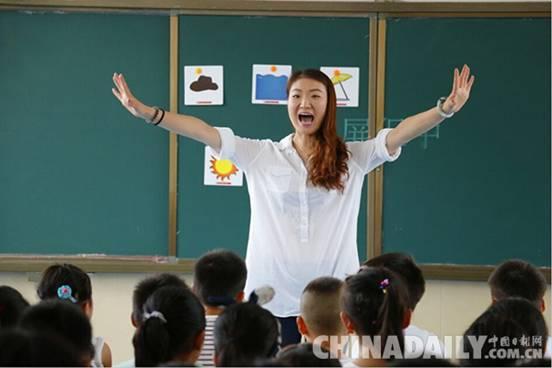 """""""最美英语教师""""刘欢在课堂夸张的动作和表情,大大提高了留守儿童学习图片"""