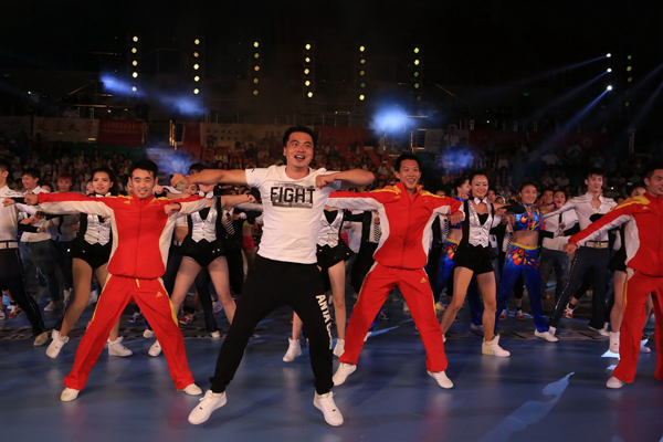 在世界冠军健身操舞v世界总决赛展演晚上,健美操全国全民和健身健美健美操苏育禾图片