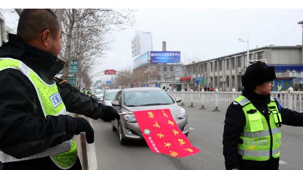 新疆克拉玛依志愿者:寒冬街头倡导文明出行