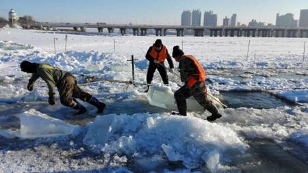 冰雪大世界开始采冰 冰建施工提前开展