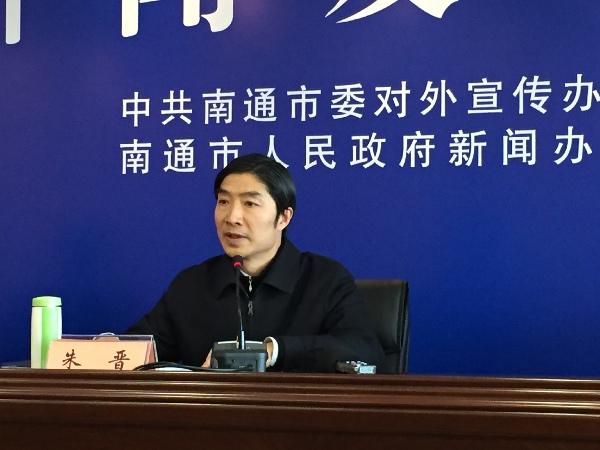 南通市副市长朱晋 在答记者提问。(丁从容 摄)